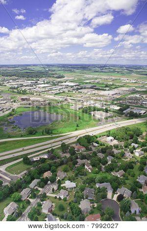 Foto aérea de um subúrbio