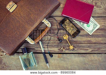 Men accessories: eau, cufflinks, dollars, strap, pen, mobile phone, headphones, document bag and key