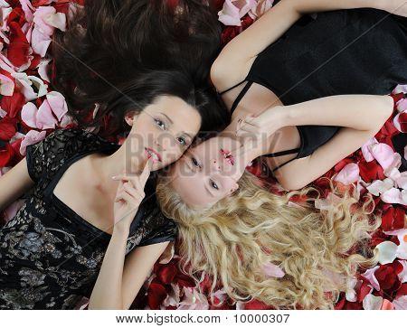 Mujeres bellas de pétalos de rosa