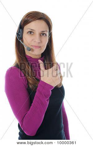美丽的年轻女子在耳机