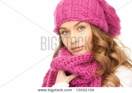 Mulher bonita em chapéu de Inverno