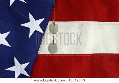 Bandera estadounidense con las etiquetas de perro