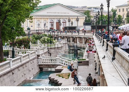 Tourists In The Alexander Garden Fountains