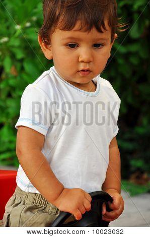 Retrato de un un año Old Boy en coche de juguete