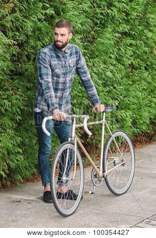 Hipster Mand With Beard And His Fixie Bike