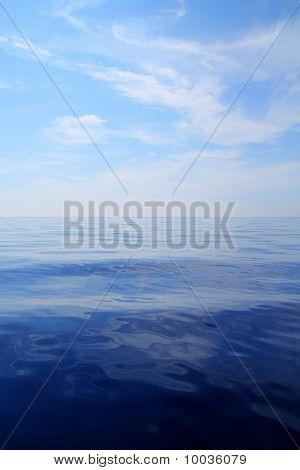 Oceano de água calma mar azul céu Horizonte Scenics