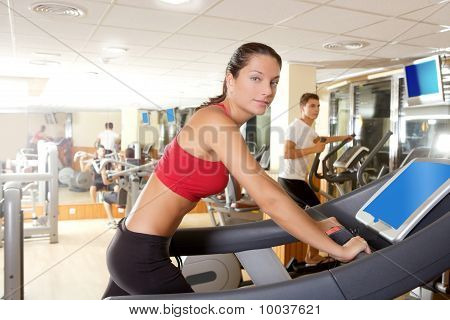 Fitness-Studio-Laufband mit junge Frau Interieur
