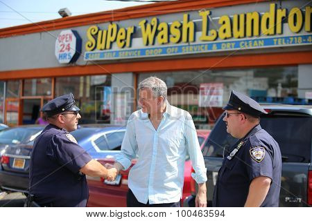 Mayor de Blasio greets NYPD