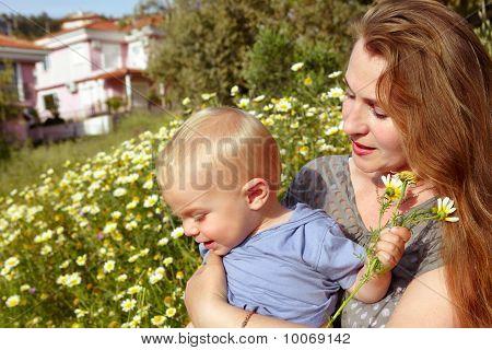 Großmutter und Enkel in Daisies Feld
