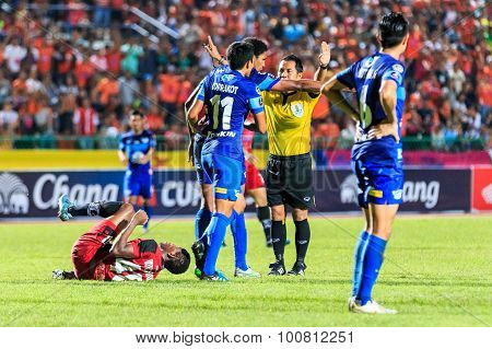 Sisaket Thailand-august 12: The Referee (yellow) In Action During Chang Fa Cup Between Sisaket Fc An