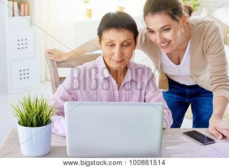 a women doing online shopping