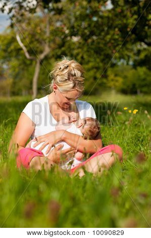 Madre de la bebé que está lactando en Prado