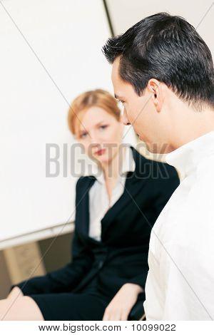 Equipo de negocios discutiendo cosas desagradables