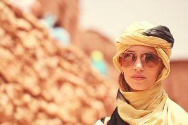 foto of yashmak  - Capture of Beautiful women wearing turban in desert - JPG