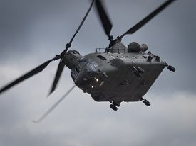 foto of helicopters  - A Boeing Chinook helicopter in mid flight - JPG