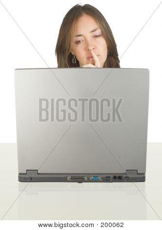 Business-Frau auf ihrem Schreibtisch mit einem Laptop