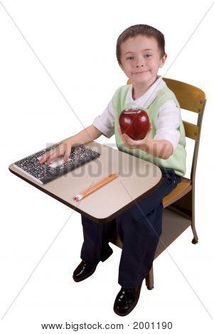 Boy bei Schulbank