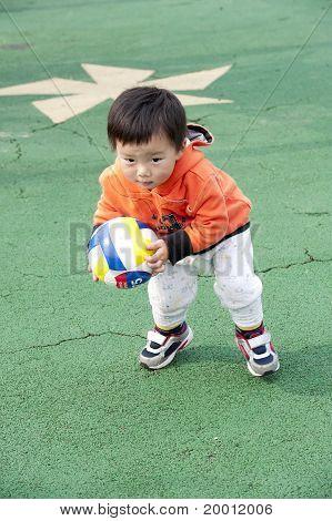 bebé jugando al fútbol