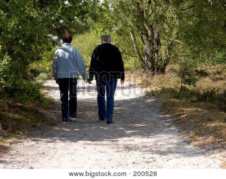Senioren, mittleren Jahren Menschen walking im Wald.