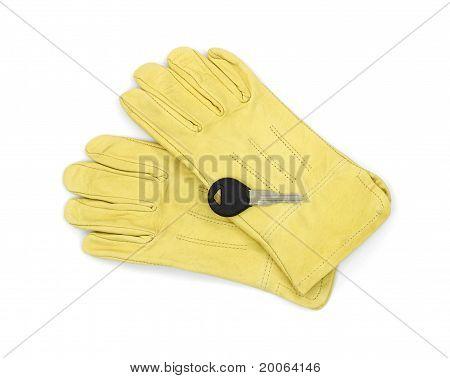 Nueva llave del coche en guantes de cuero