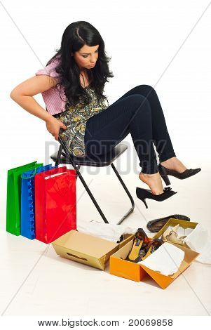Mulher tendo a difícil escolha sapatos