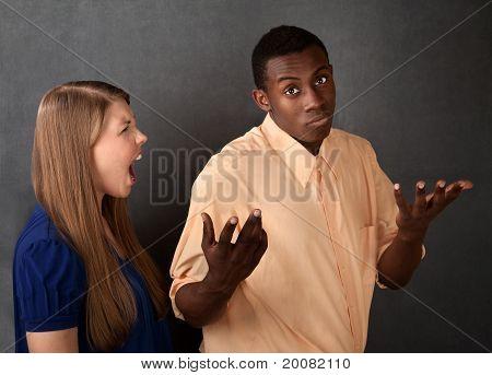 Mulher com raiva desprezada pelo homem