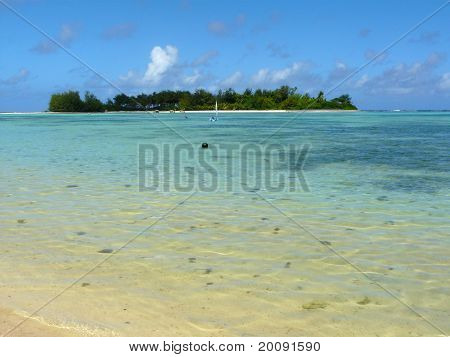 Idyllic tropical beach at Muri Lagoon on Rarotonga, Cook Islands