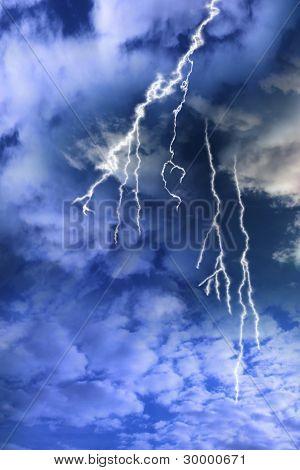 从一个多云的暴风雨天空闪电