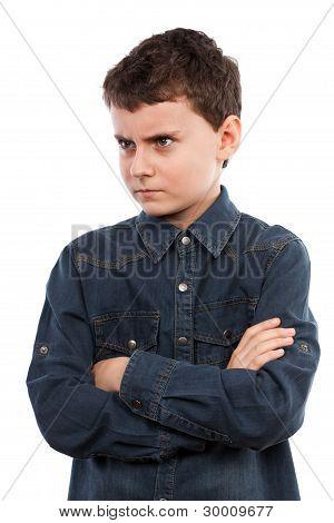 Niño enojado con los brazos cruzados