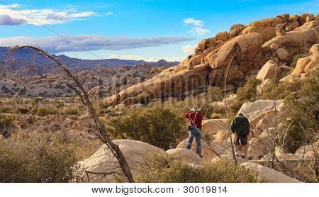 paar Wüste Landschaft erkunden