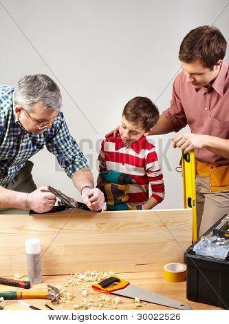 männlichen Mitglieder der Familie verbringen Zeit zusammen in einer Holzwerkstatt