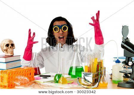 Estudiante que trabaja en el laboratorio de químico