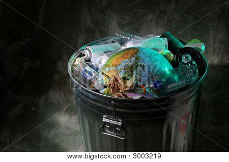 Bote de basura con basura y tierra