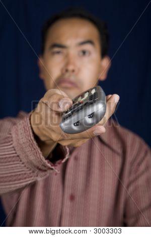 Homem com controle remoto
