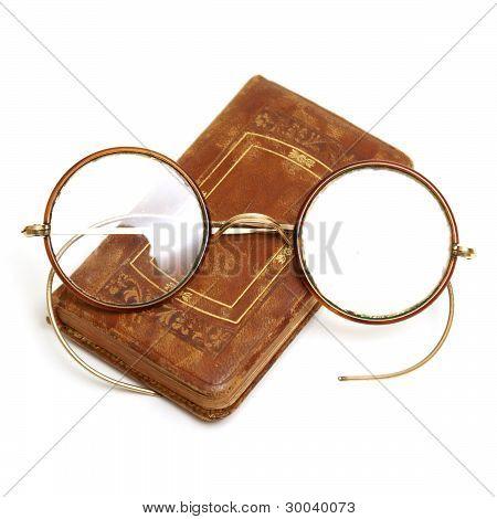 antikes Buch und Brille