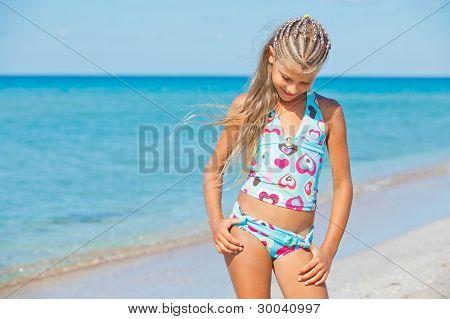 Adorable chica en la playa