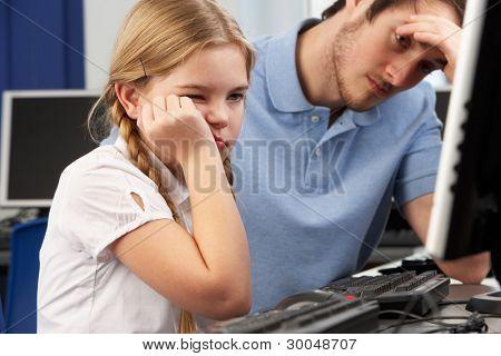 unglücklich Lehrer und Girl using Computer in Klasse