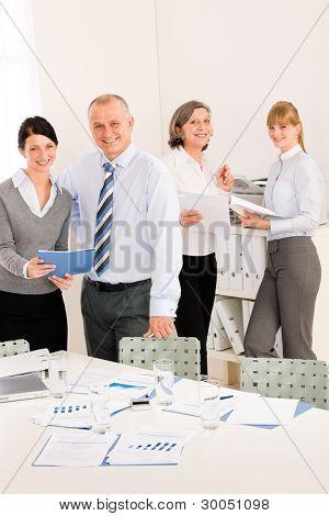 Reunião de pessoas de negócios de vendas analisar relatórios nova estratégia de consultoria