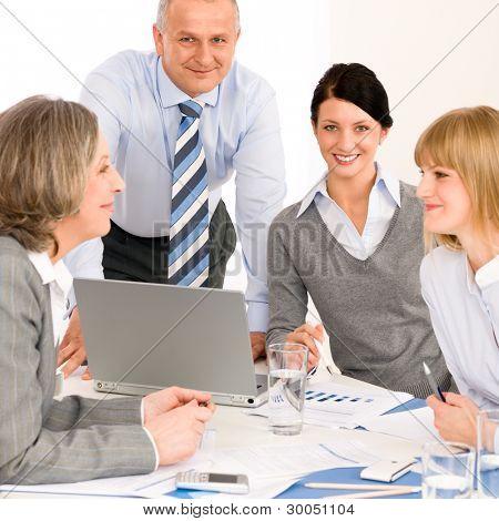 Empresarios de reunión de equipo alrededor de la mesa de intercambio de ideas en la oficina