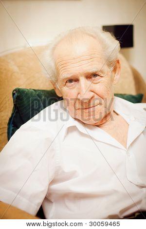 Hombre Senior en un sillón