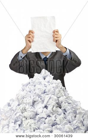 Homem com lotes de papel amassado