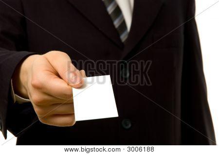 Empresario está dando un espacio en blanco de la tarjeta de visita