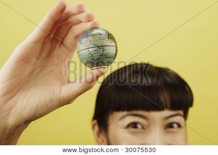Retrato de mulher segurando o globo