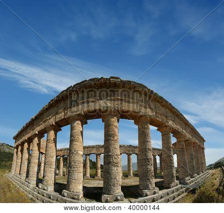 Clásico griego (dórico) templo en Segesta en Sicilia