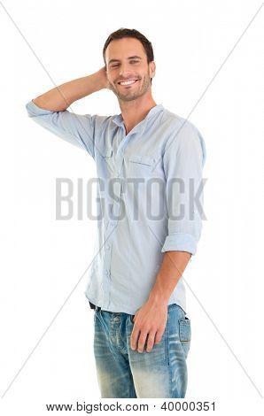 Guapo hombre sonriente de pie contra el fondo blanco