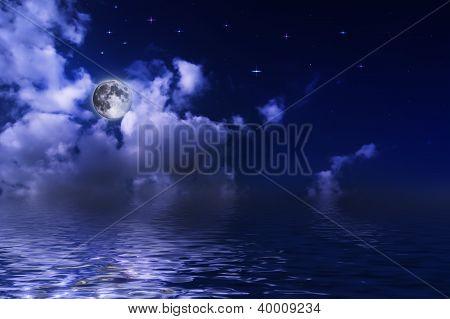A lua sobre a água sob as estrelas