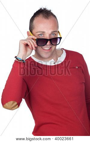 Hombre simpático con gafas de sol aislados en fondo blanco