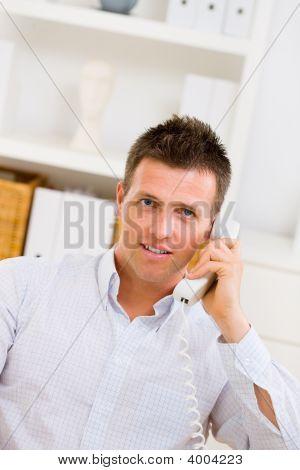 Empresario pide a teléfono
