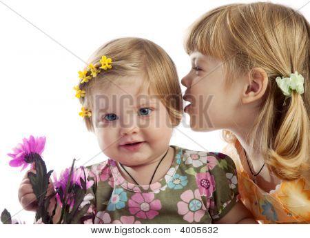 nettes Mädchen etwas zu ihrer Schwester Flüstern
