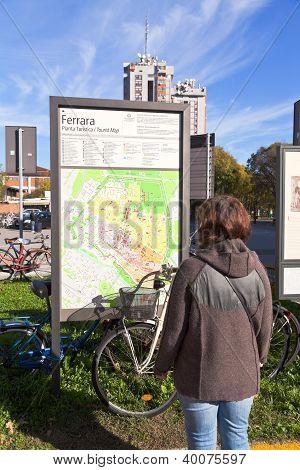 Turismo cerca de mapa de la ciudad de Ferrara y bicicleta